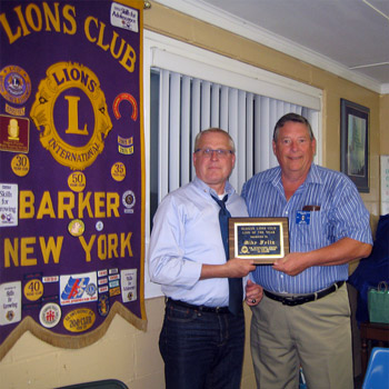 Barker Lions President Kent Wakefield presents Lion of the Year to Past President Mike Feltz.